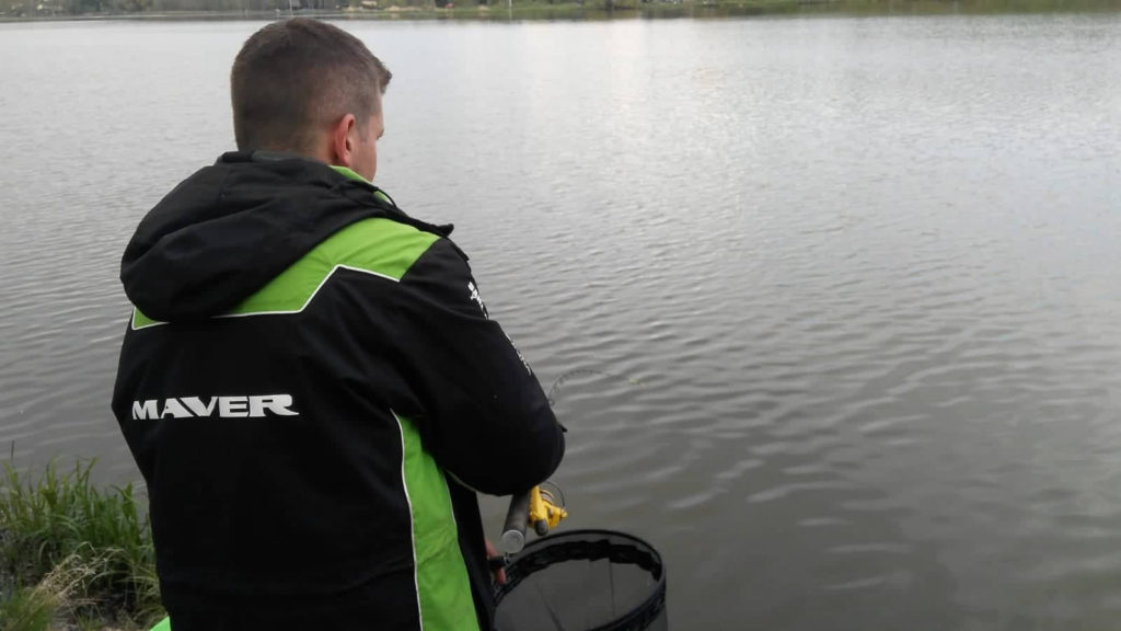 Náš kapitán Koudy při zdolávání pěkné ryby.