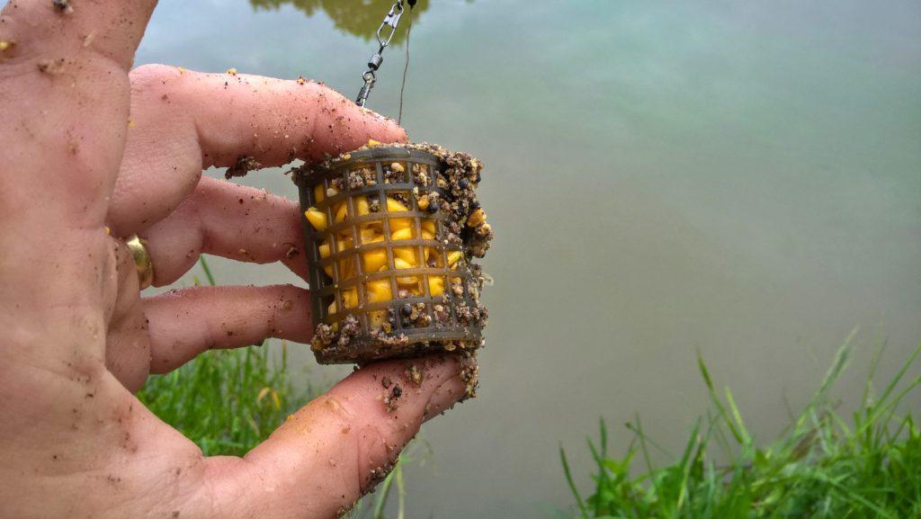 zátkování krmítka ve feederu