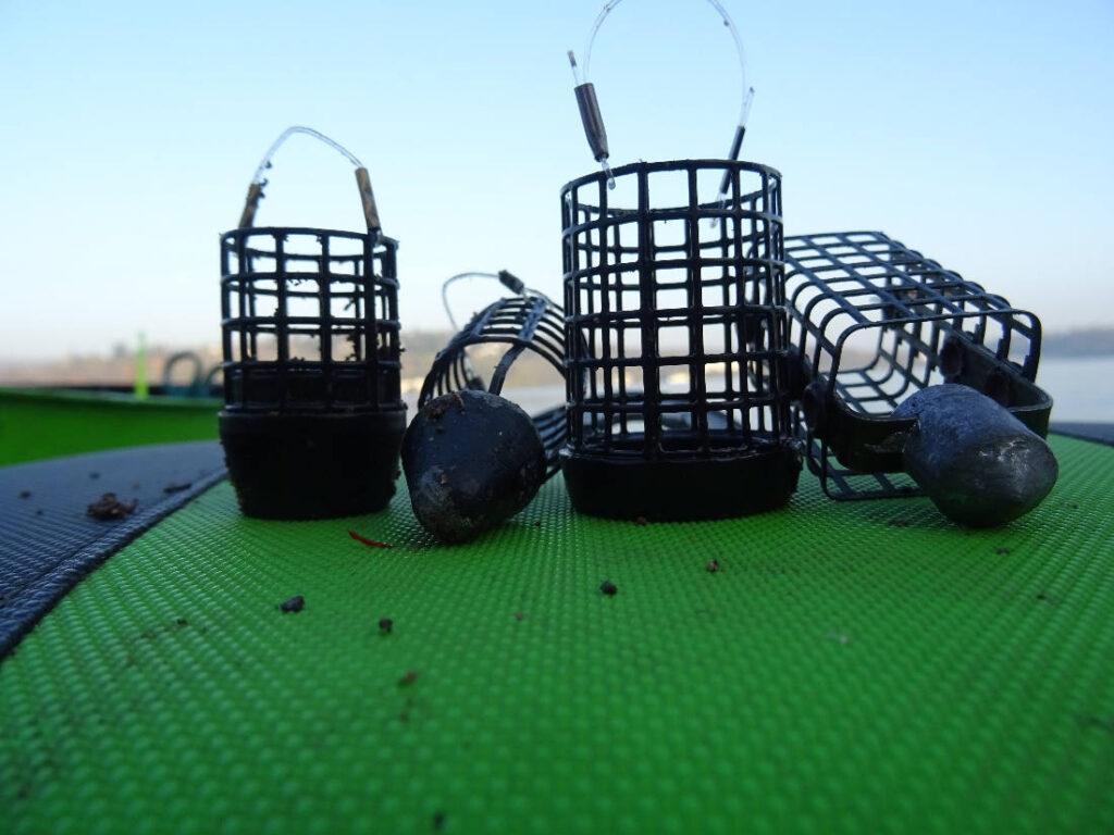 Krmítka se spodní zátěží pro lov s pletenkou